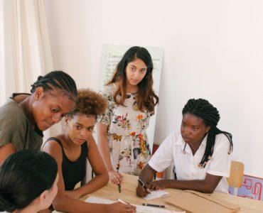 réunion de femmes qui se concertent autour d'un bureau